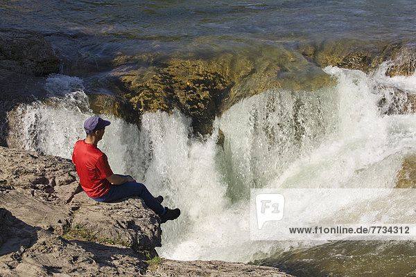 sitzend  Mann  sehen  Ecke  Ecken  Steilküste  Wasserfall  Ländliches Motiv  ländliche Motive  Kananaskis Country  Alberta  Kanada