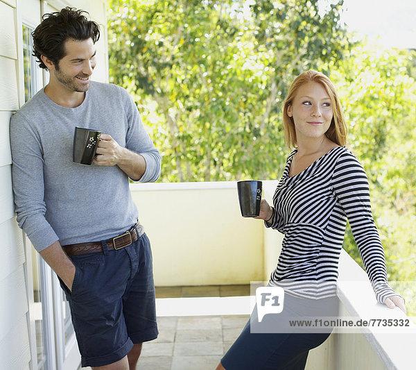 stehend Becher Balkon Verbindung Kaffee Mann und Frau