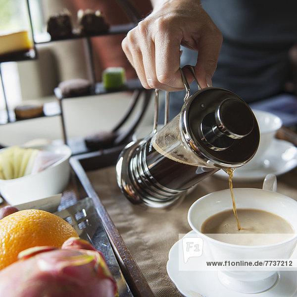 Mann  Tasse  eingießen  einschenken  Kaffee  Pressewesen  Presse Mann ,Tasse ,eingießen, einschenken ,Kaffee ,Pressewesen, Presse