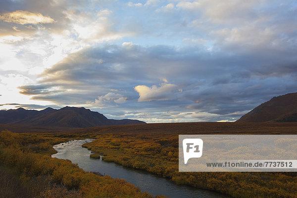 Sonnenuntergang  bunt  fließen  Fluss  Bundesstraße  vorwärts  Tundra