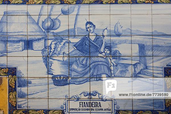 Azulejo  Wandbild aus Keramikfliesen Fiandeira  Frau mit Spindel  in Funchal Azulejo, Wandbild aus Keramikfliesen Fiandeira, Frau mit Spindel, in Funchal