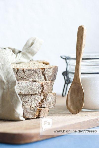 Salz und Brot auf Holzbrett