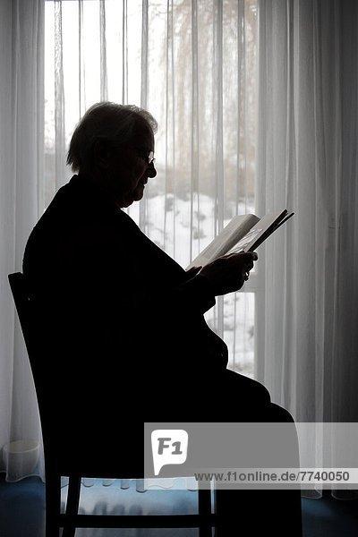 Silhouette einer Seniorin Silhouette einer Seniorin