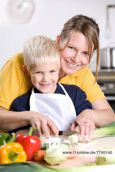 Mutter und Sohn beim Kochen Mutter und Sohn beim Kochen