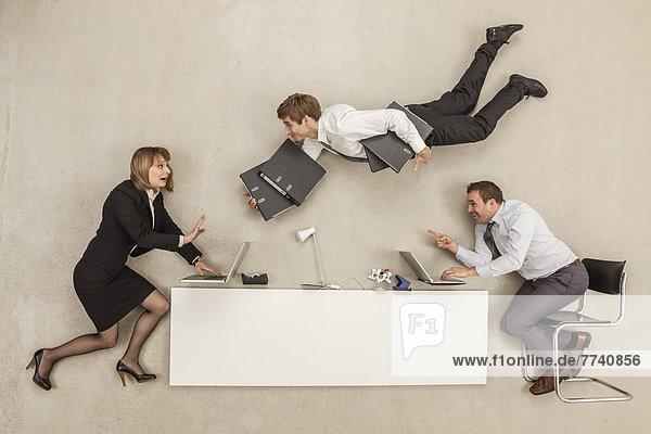 Geschäftsleute  die arbeiten  während ein anderer Geschäftsmann Dateien bereitstellt.
