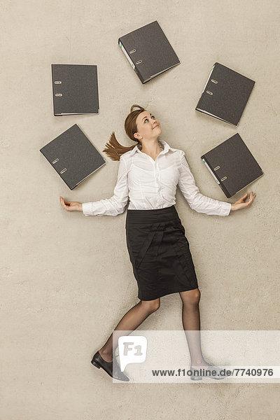 Geschäftsfrau jongliert mit Dateien
