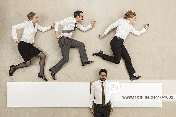 Geschäftsmann  der die Lücke zwischen der Plattform und den Geschäftsleuten  die sie überqueren  schließt.