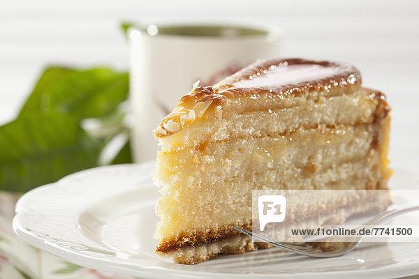 Teller Milano Cake und Tasse Kaffee im Hintergrund  Nahaufnahme