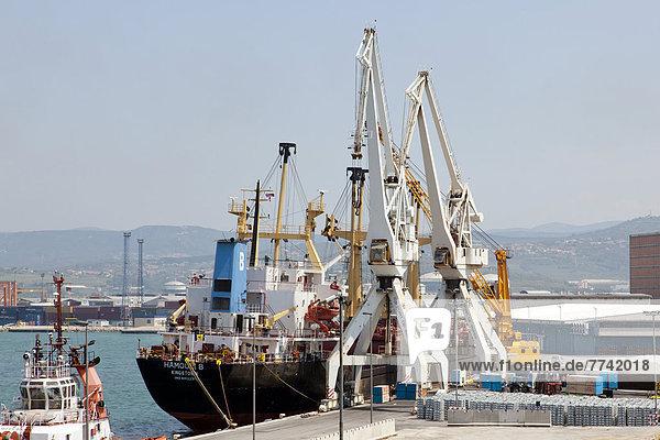 Frachtschiff beim Entladen im Seehafen von Koper  Slowenien  Europa