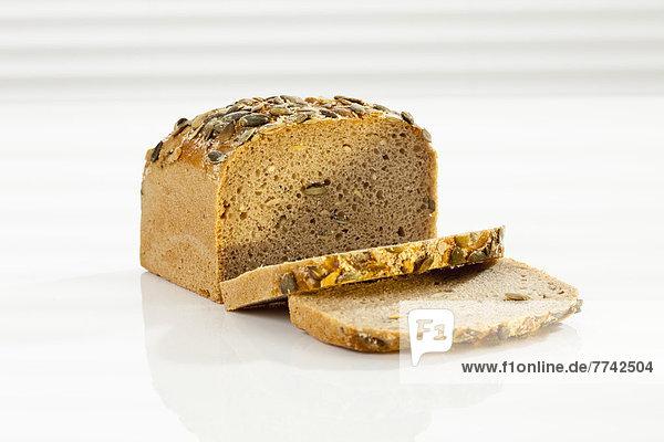 Getreidebrot mit Scheibe  Nahaufnahme