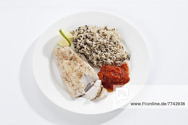 Teller gebratener frischer Hecht mit gekochtem Reis und Tomatendip