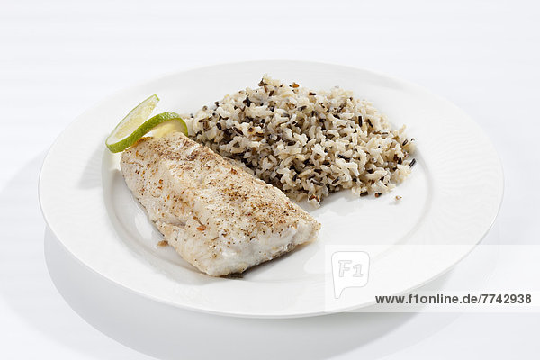 Teller gebratener frischer Hecht mit gekochtem Reis  Nahaufnahme