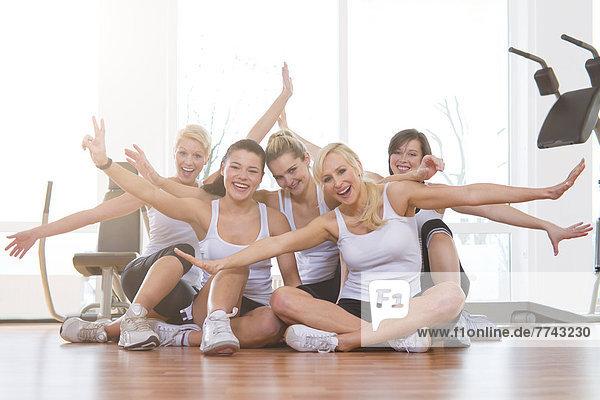 Frauen im Fitnessstudio  lächelnd