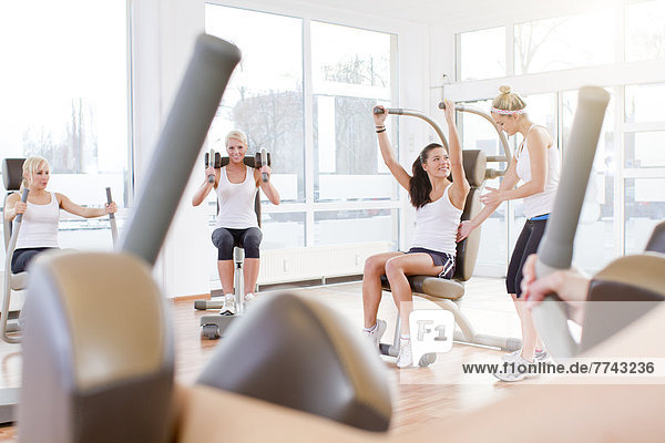 Instruktorin mit Frauen beim Training im Fitnessstudio