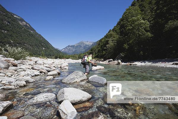 Europa  Schweiz  Reife Männer beim Wandern am Verzasca Fluss