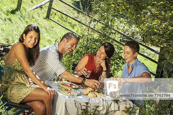 Österreich  Salzburger Land  Familienessen im Garten  Lächeln