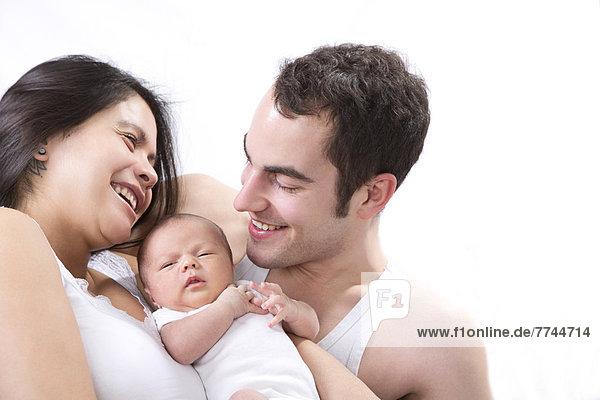 Eltern mit Babyjunge  lächelnd