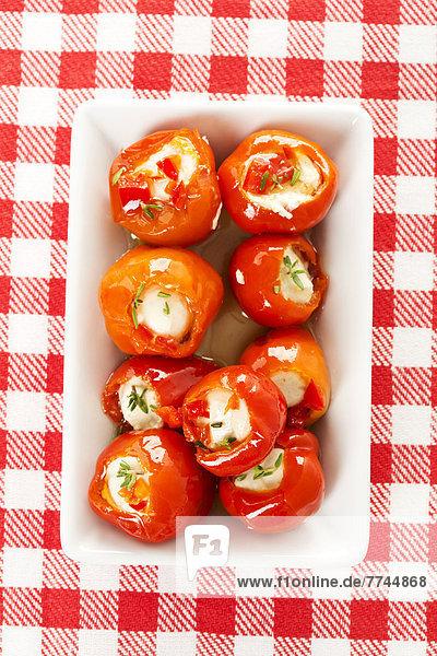 Paprika gefüllt mit Käse auf dem Teller