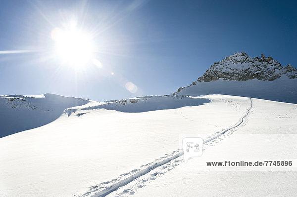 Österreich  Skipiste auf schneebedecktem Berg