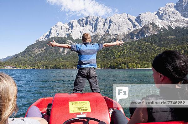 Deutschland  Bayern  Familie im Tretboot auf dem Eibsee mit Wettersteingebirge im Hintergrund