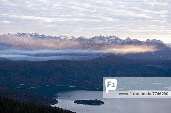 Deutschland  Bayern  Blick auf das Karwendelgebirge im Herbst mit Walchensee im Vordergrund
