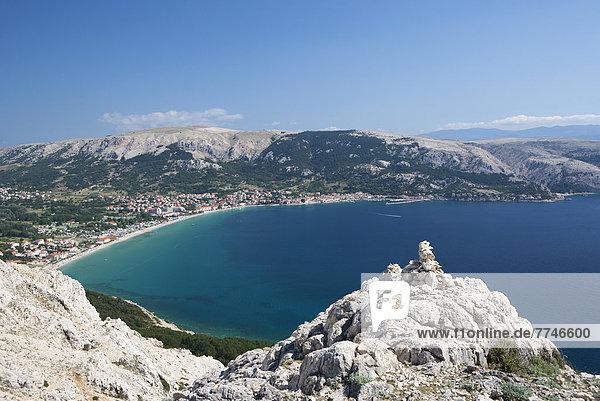 Kroatien  Blick auf das Adriatische Meer auf der Insel Krk mit der Stadt Baska