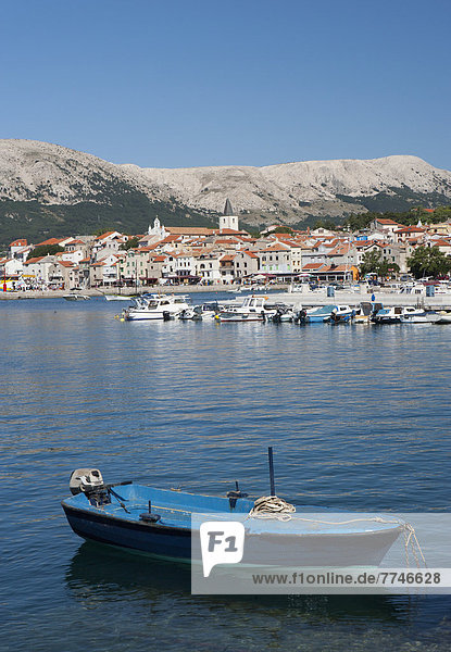 Kroatien  Boot in der Adria auf der Insel Krk mit der Stadt Baska im Hintergrund