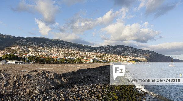 Landgewinnung aus dem Meer  hinten die Stadt Funchal