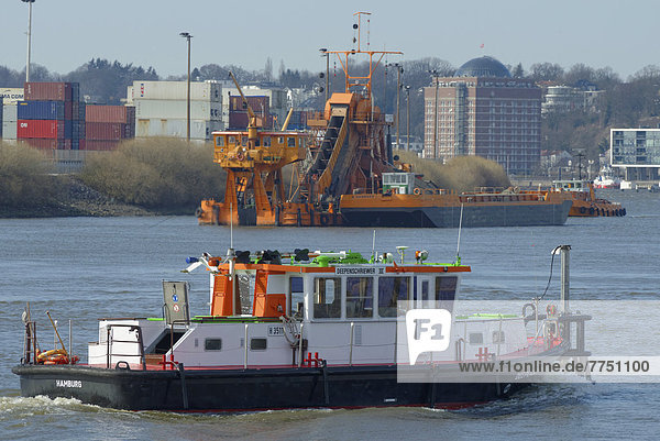 'Peilschiff ''Deepenschriewer'' vor Eimerkettenbagger'