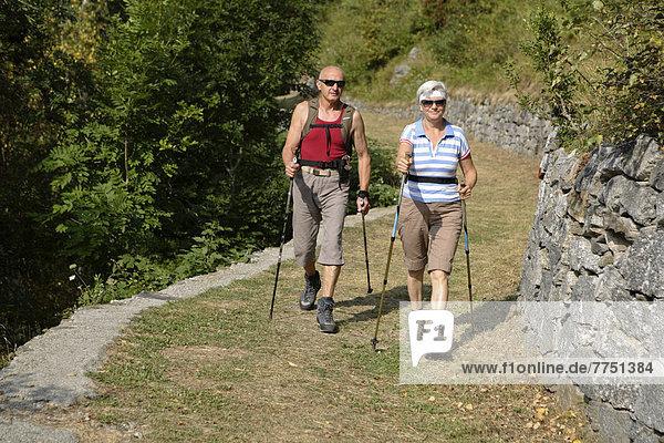 Ehepaar  68 und 59 Jahre  beim Wandern in den Bergen