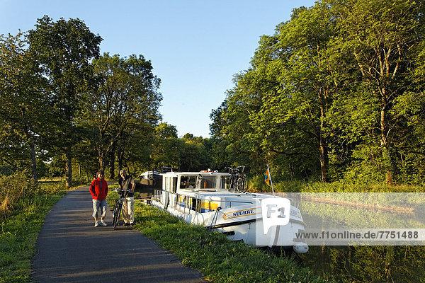 Hausboot auf dem Canal des Vosges  früher Canal de l?Est  Schleusentreppe von Golbey  Fahrradfahrer auf dem Treidelweg