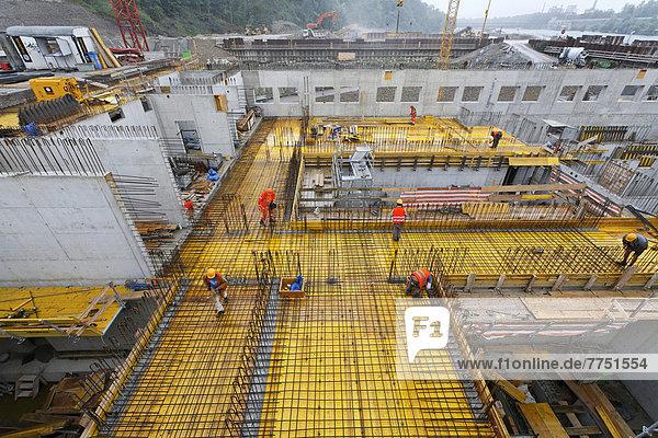 Baustelle Neues Wasserkraftwerk Rheinfelden  Betonierungsarbeiten über den Turbinenkammern für Maschinenhaus