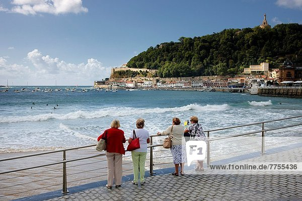 Frau Strand Geländer San Sebastian Spanien Baskenland