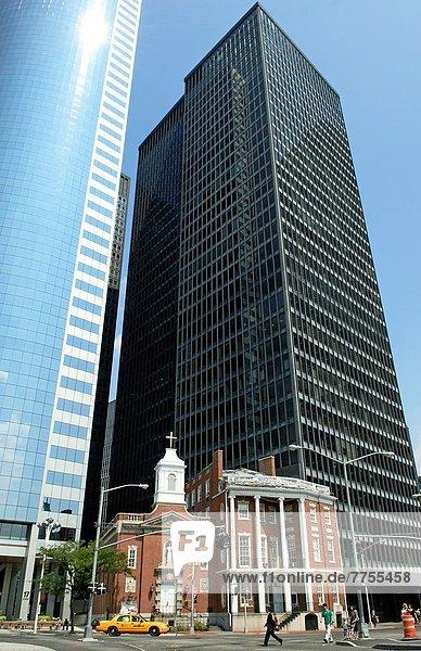 Vereinigte Staaten von Amerika USA zwischen inmitten mitten Bankenviertel New York City Gebäude Hochhaus Kirche Manhattan Rosenkranz