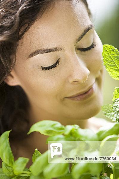 Junge Frau mit aromatischen Kräutern Junge Frau mit aromatischen Kräutern