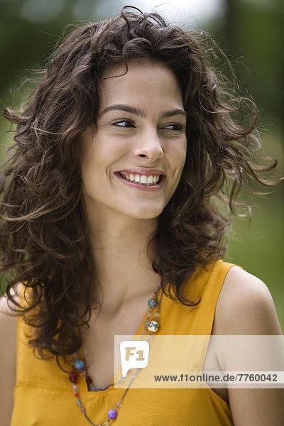 Porträt einer lächelnden jungen Frau