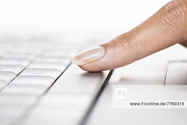 Frauenfinger auf einem Laptop
