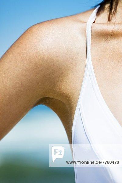 Schulter einer jungen Frau am Strand  Sommer