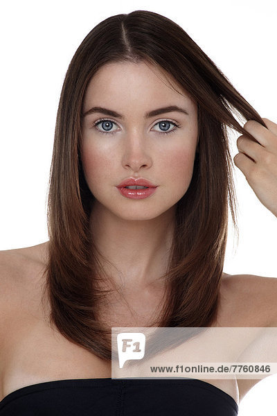 Junge Frau berührt ihr Haar