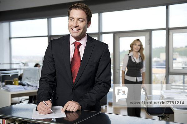Geschäftsmann beim Ausfüllen eines Papiers