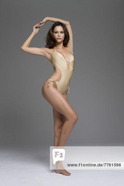Junge Frau im sexy Badeanzug