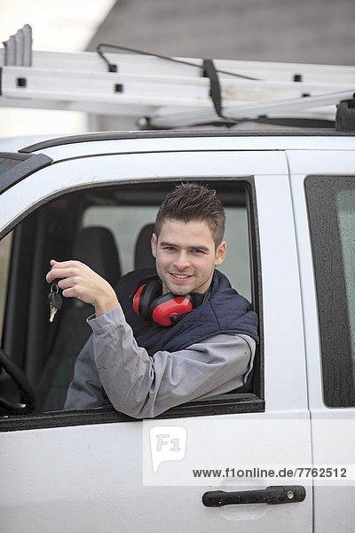 Frankreich  junger Arbeiter mit seinem Van.