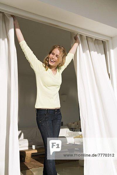 Junge Frau zu Hause  Fenster