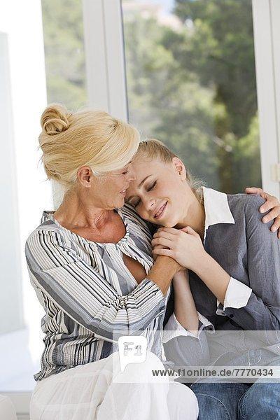 Mutter und Tochter zu Hause