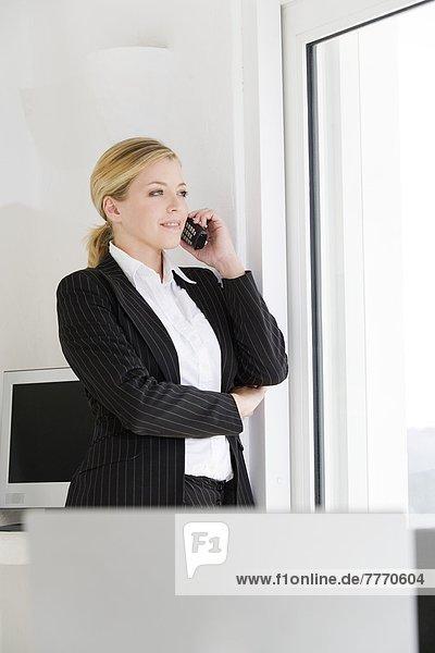 Geschäftsfrau am Telefon