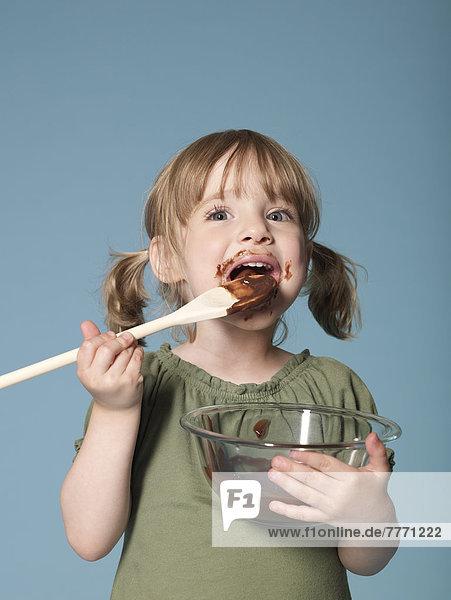 Kleines Mädchen beim Schokoladenessen Kleines Mädchen beim Schokoladenessen