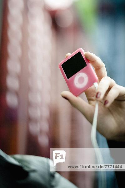 Nahaufnahme der Frauenhand mit dem iPod