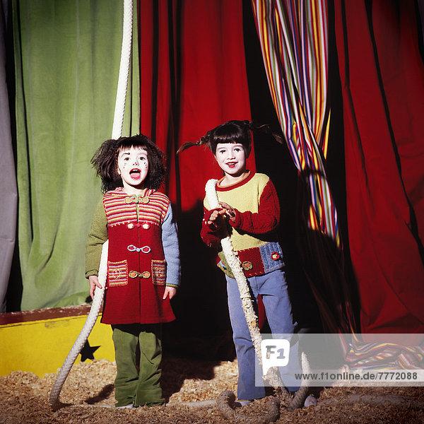 Zwei junge Mädchen im Zirkus