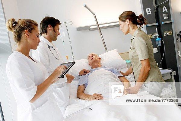 Patientin  Zimmer  Arzt  Krankenhaus  Teilnahme  San Sebastian  Spanien