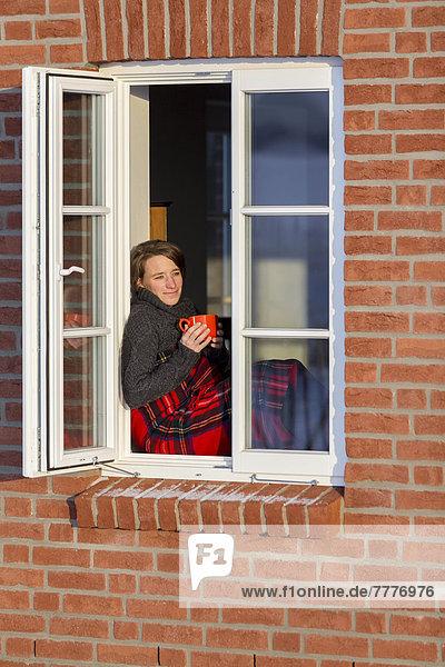 Decke Fenster Fensterbank Gitter Gittermuster Junge Frau Kaffee